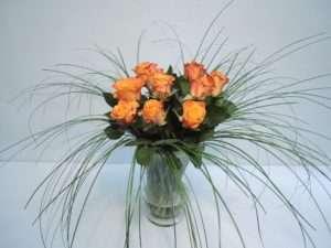 10. Stellen Sie die Rosen nun nach und nach in die Vase und verteilen Sie diese gleichmäßig